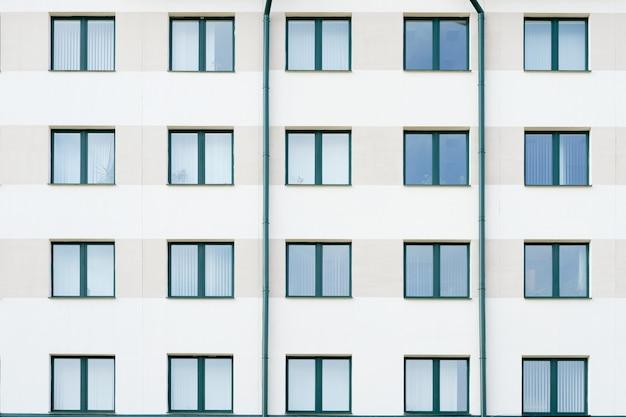 Nowoczesny budynek szpitala lub banku z zielonymi oknami