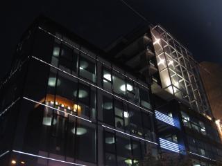 Nowoczesny budynek w nocy