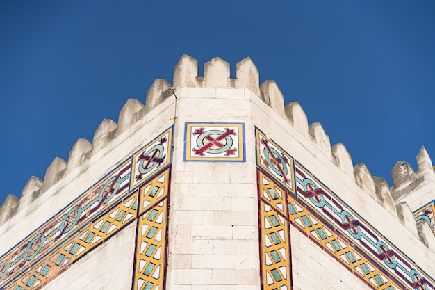 Nowoczesny budynek w stylu arabskim na niebieskim niebie