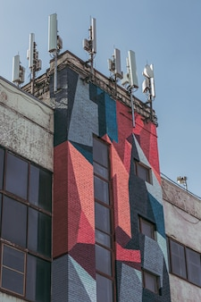 Nowoczesny budynek z graffiti i antenami.