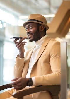 Nowoczesny człowiek afroamerykanin pracujący w kawiarni