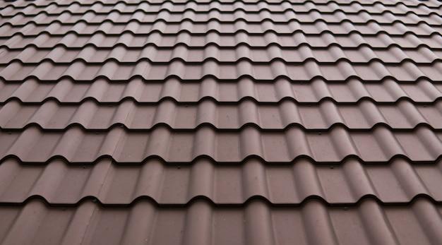Nowoczesny dach pokryty blachodachówką pokryte pcw brązowe blachy dachowe.