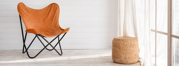 Nowoczesny fotel w nowoczesnym wnętrzu loftu. słoneczny dzień w jasnym salonie z panoramicznymi oknami.