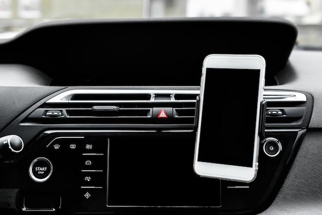 Nowoczesny gadżet na smartfony montowany na uchwycie na telefon na desce rozdzielczej samochodu