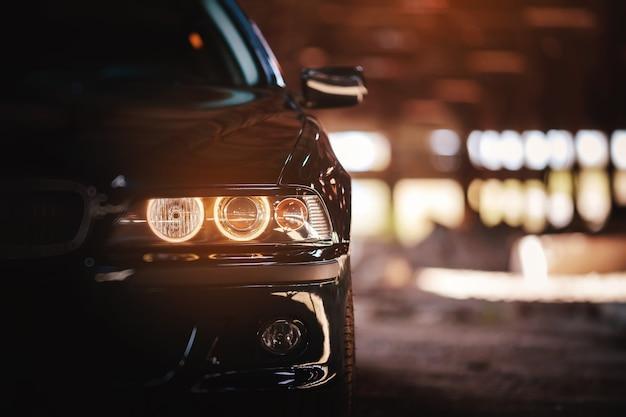 Nowoczesny grill samochodowy z przodu, reflektory.