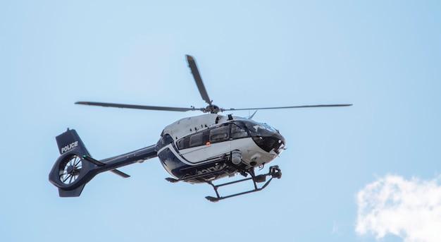 Nowoczesny helikopter policyjny z najnowszym wyposażeniem na pokładzie, na tle nieba, z bliska.