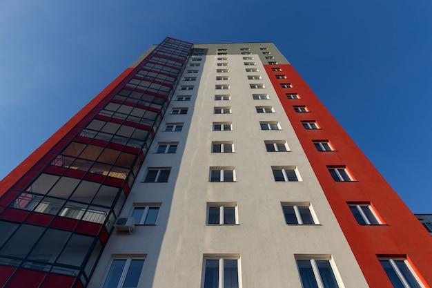 Nowoczesny i nowy budynek mieszkalny. wielopiętrowy, nowoczesny, nowy i stylowy blok mieszkalny. nieruchomość. nowy dom. nowo wybudowany blok mieszkalny