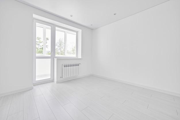 Nowoczesny jasny biały pusty salon z oknem. żadnych ludzi