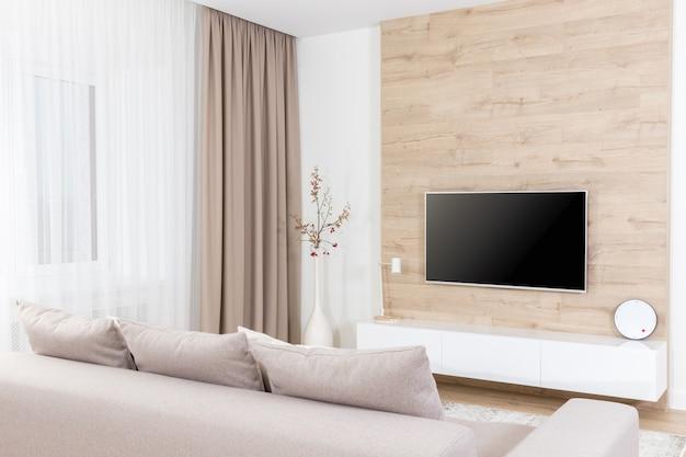 Nowoczesny jasny salon z wyposażeniem telewizyjnym