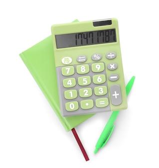 Nowoczesny kalkulator, długopis i notatnik na białej powierzchni