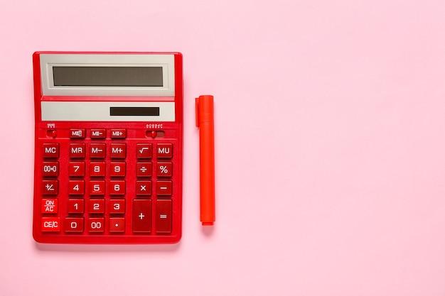 Nowoczesny kalkulator i marker na kolorowej powierzchni