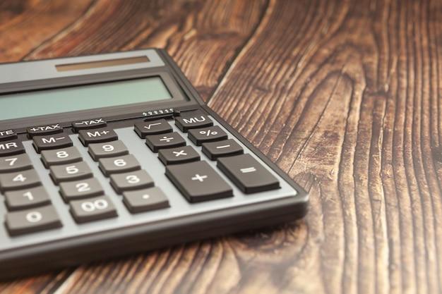Nowoczesny kalkulator na drewnianym stole