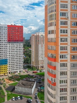 Nowoczesny kompleks mieszkaniowy dla rodzin, widok z lotu ptaka.
