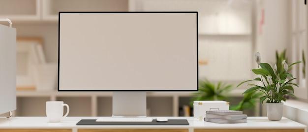 Nowoczesny komputer stacjonarny w makieta białego ekranu na biurku nad niewyraźnym wnętrzem nowoczesnego biura
