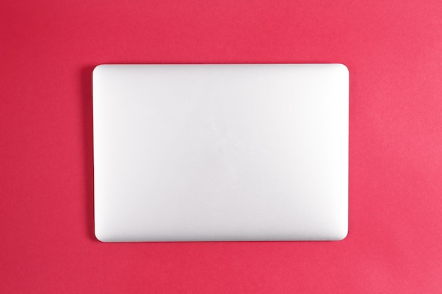 Nowoczesny laptop w przestrzeni kolorów