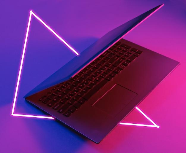 Nowoczesny laptop z neonówkami