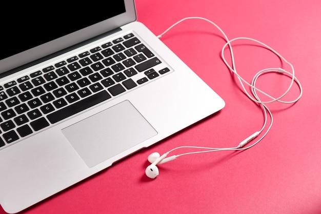 Nowoczesny laptop ze słuchawkami w kolorze