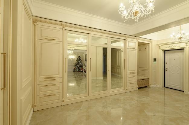 Nowoczesny, luksusowy hol wejściowy w kolorze beżowo-złotym