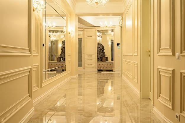 Nowoczesny, luksusowy korytarz i hol wejściowy w kolorze beżowo-złotym