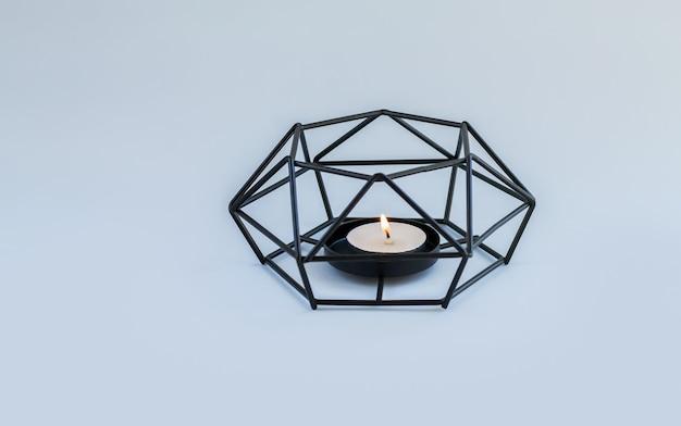 Nowoczesny metalowy świecznik lub świecznik przy świecach