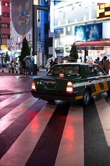 Nowoczesny miejski samochód na ulicy