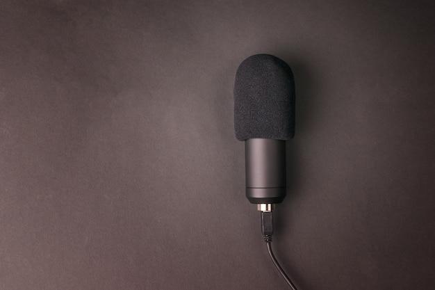 Nowoczesny mikrofon pojemnościowy na czarnej powierzchni