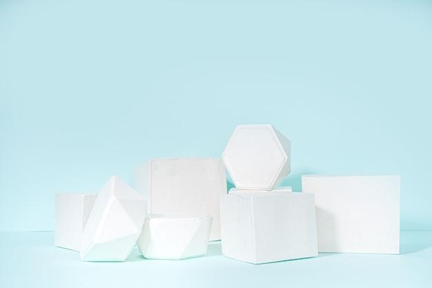 Nowoczesny minimalny wyświetlacz biały zestaw geometrii cokole stoją podium na niebieskim tle