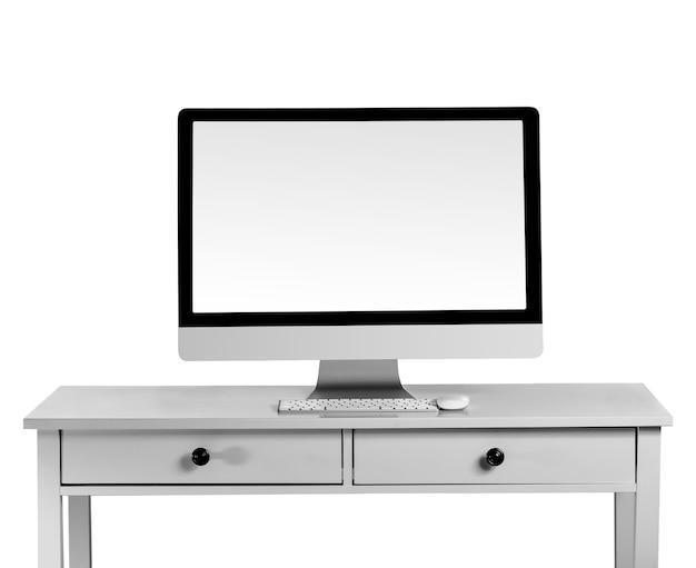Nowoczesny monitor komputera na biurku na białym tle