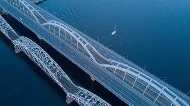 Nowoczesny most nad długą rzeką