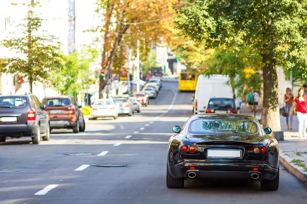 Nowoczesny nowy samochód od strony ulicy. rzędy samochodów zaparkowanych na poboczu drogi w dzielnicy mieszkalnej