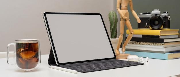 Nowoczesny obszar roboczy z cyfrowym tabletem, aparatem i filiżanką kawy