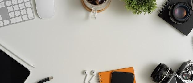 Nowoczesny obszar roboczy z miejscem do kopiowania, urządzeniami cyfrowymi, filiżanką kawy, książką harmonogramu