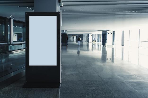 Nowoczesny panel pusty czarno-biały ekran mediów cyfrowych. makieta, makieta, makieta kiosku cyfrowego.