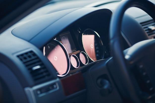 Nowoczesny panel samochodowy, cyfrowy, jasny prędkościomierz, licznik kilometrów.