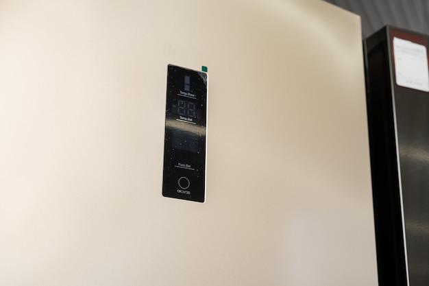 Nowoczesny panel sterowania temperaturą lodówki z bliska
