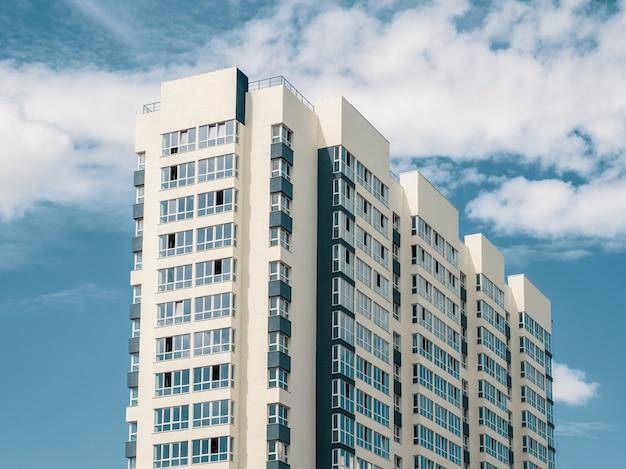 Nowoczesny piękny nowy wieżowiec mieszkalny. kolorowe ściany na tle błękitnego nieba. skopiuj miejsce.