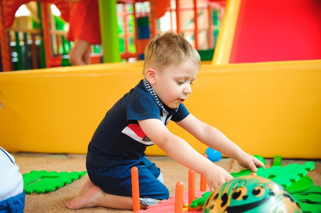 Nowoczesny plac zabaw dla dzieci z zabawkami.