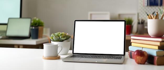 Nowoczesny pokój biurowy z laptopem