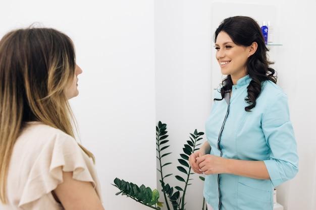 Nowoczesny pracownik fizjoterapii rehabilitacji z kobietą klientką asystentką medyczną