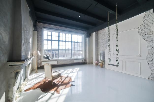 Nowoczesny projekt apartamentu na poddaszu, kominek i fotel w jasnym rysunku z okna