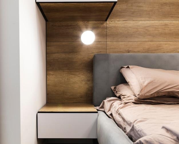 Nowoczesny projekt sypialni z drewnianą ścianą