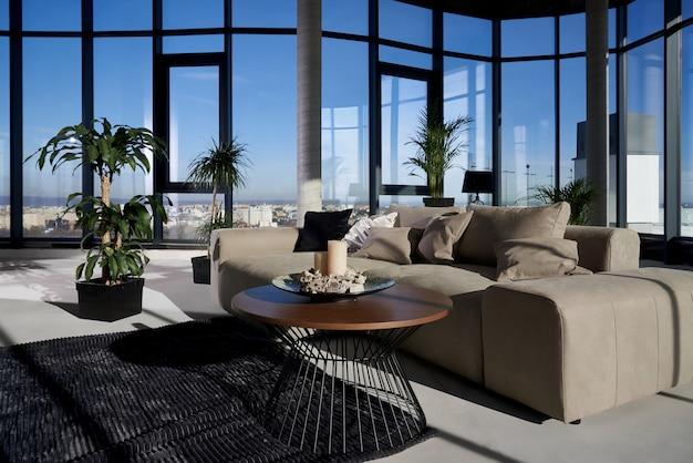 Nowoczesny, przestronny pokój z dużym panoramicznym oknem