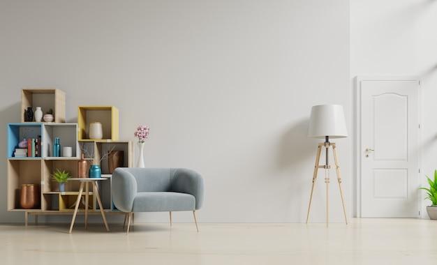 Nowoczesny salon z niebieskim fotelem ma szafkę i drewniane półki na drewnianej podłodze i białej ścianie.