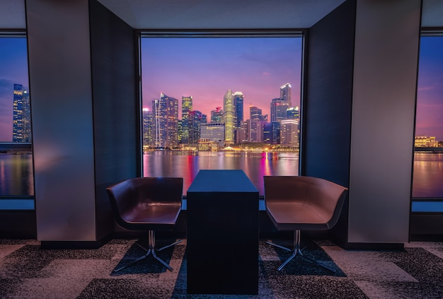 Nowoczesny salon z widokiem na panoramę singapuru w nocy.