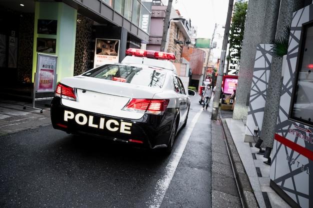 Nowoczesny samochód policyjny na ulicach