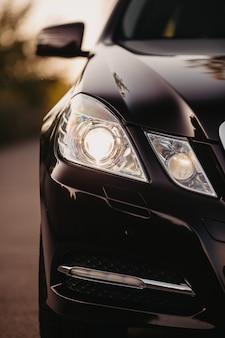 Nowoczesny samochód z bliska szczegółów na jednym z reflektorów.