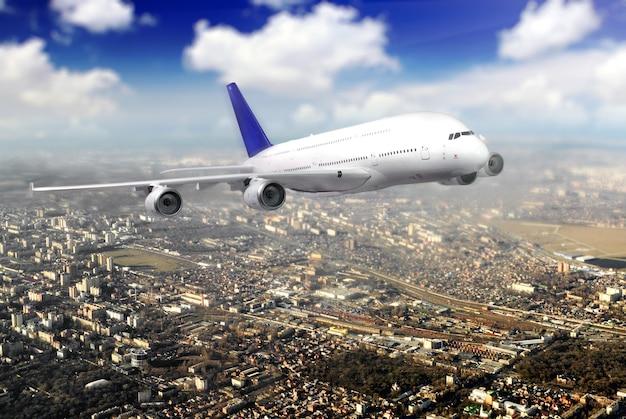 Nowoczesny samolot na niebie w pobliżu lotniska. zbliżać się