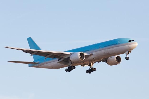 Nowoczesny samolot pasażerski z szerokim nadwoziem gotowy do lądowania latem na pasie startowym lotniska