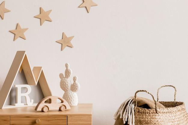 Nowoczesny skandynawski pokój dla noworodka z miejscem na kopię, drewniane zabawki, akcesoria dla dzieci, gwiazdki na ścianie, naturalny kosz