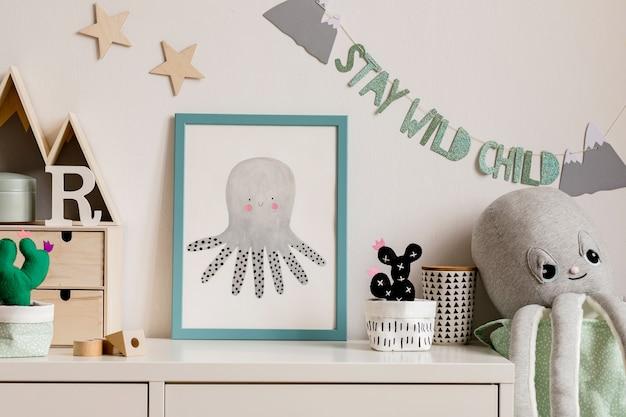 Nowoczesny skandynawski pokój dla noworodka z ramą, drewnianym samochodem, pluszowymi zabawkami, akcesoriami dla dzieci, chmurkami i wiszącą girlandą